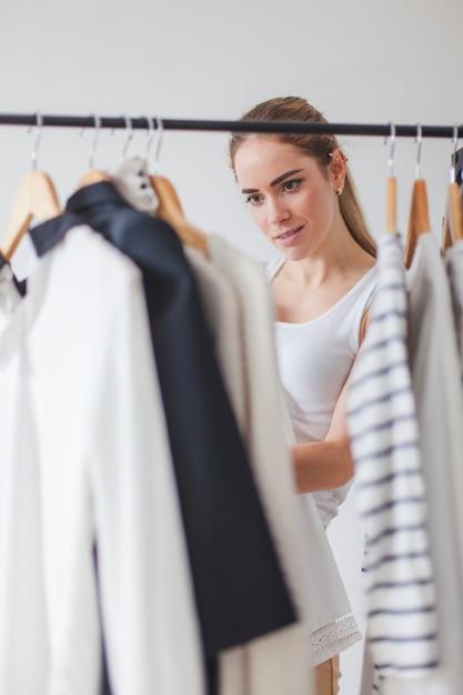 Mulher, olhar, guarda-roupa Foto gratuita