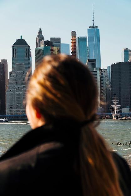 Mulher, olhar, paisagem cidade Foto gratuita