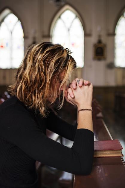 Mulher Orando Em A Igreja Foto Premium