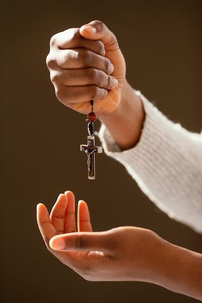Mulher orando por seus entes queridos Foto gratuita