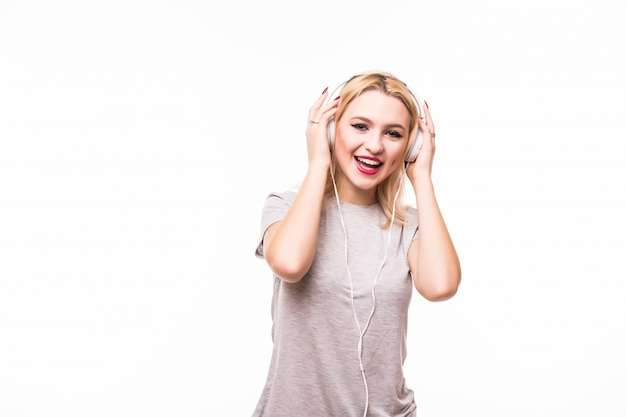 Mulher ouvindo música pop em fones de ouvido, desfrutando de uma dança Foto gratuita