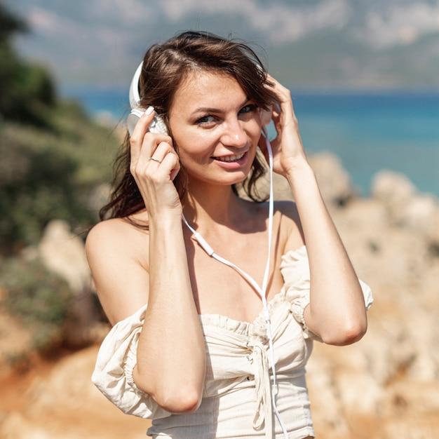 Mulher ouvindo música Foto gratuita