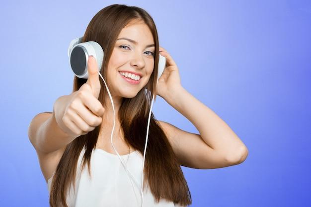 Mulher ouvindo música Foto Premium
