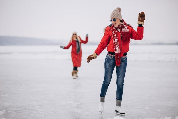 Mulher, patinação gelo, em, a, lago Foto gratuita