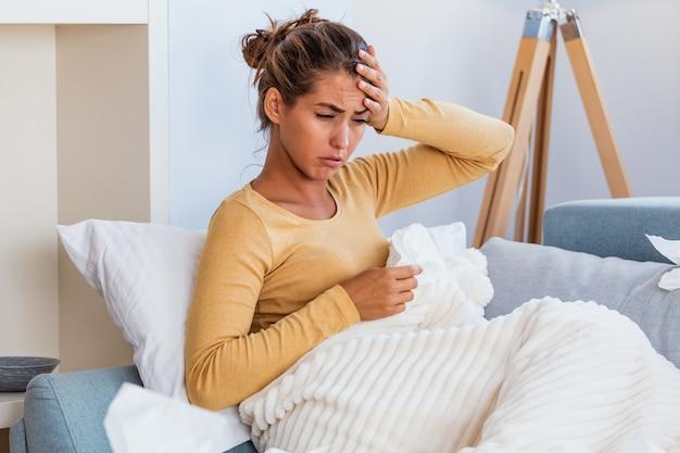 Mulher pegou resfriado e gripe espirros no tecido. Foto Premium