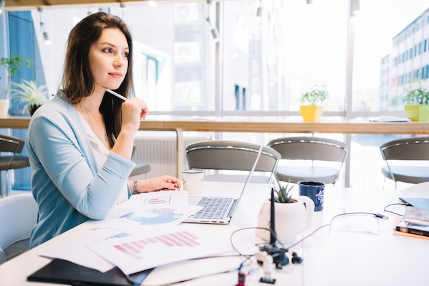 Mulher pensando sobre problema de trabalho Foto Premium