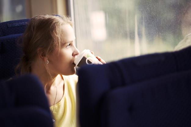 Mulher pensativa, viajando de trem Foto Premium