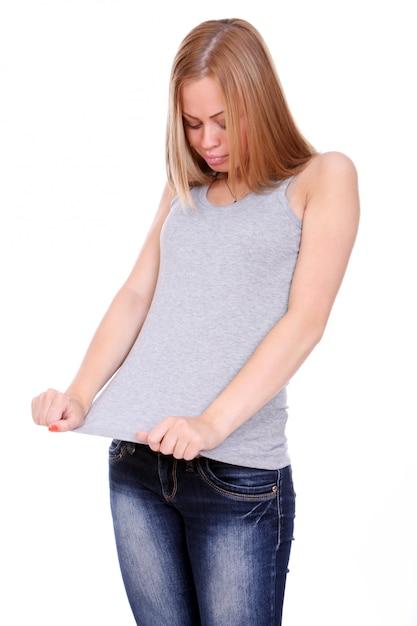 Mulher perdeu peso e verificando suas roupas Foto gratuita