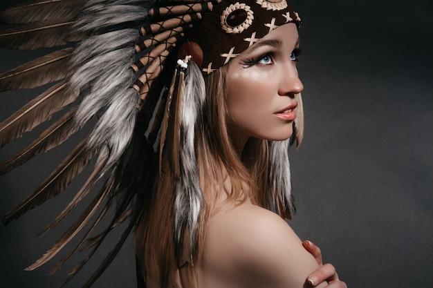 Mulher perfeita em trajes de índios americanos em fumaça Foto Premium
