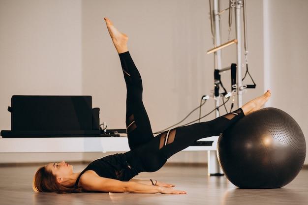 Mulher, pilates, com, um, bola Foto gratuita