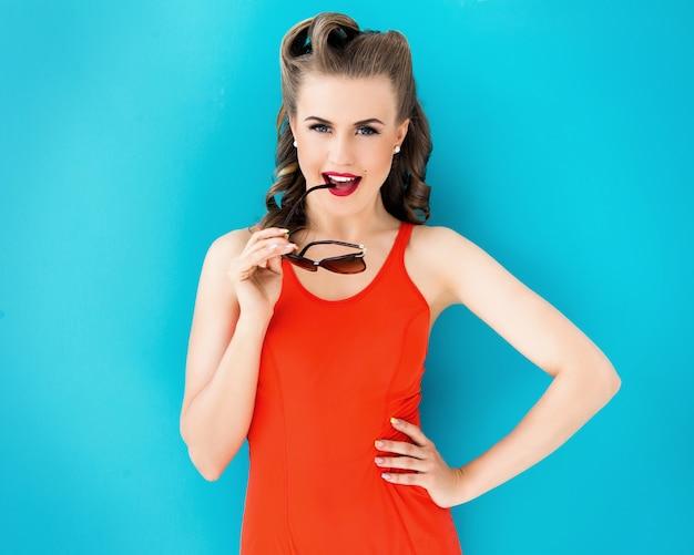 Mulher pin-up no maiô vermelho Foto gratuita