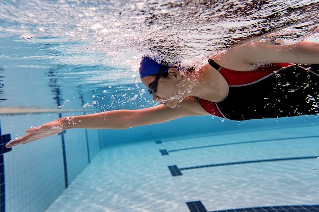 Mulher piscina. foto subaquática Foto Premium