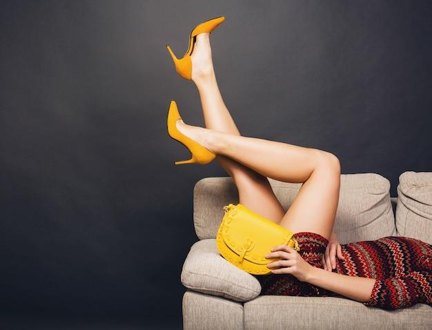 Mulher posando com calçados elegantes, moda verão e bolsa Foto gratuita