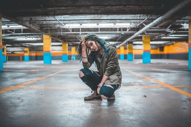 Mulher posando em um estacionamento Foto gratuita