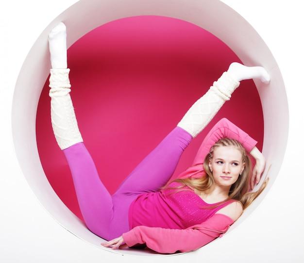 Mulher posando no círculo rosa Foto Premium