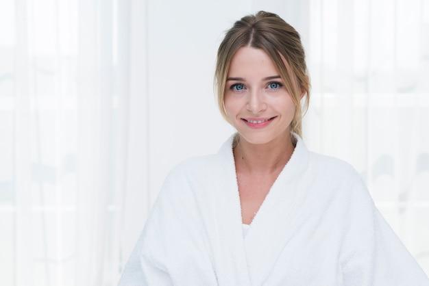 Mulher, posar, com, bathrobe, em, um, spa Foto gratuita