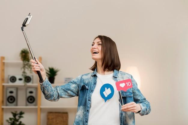 Mulher positiva, gravação de vídeo em casa Foto gratuita