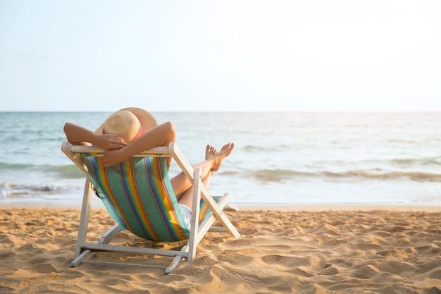 Mulher, praia, em, verão Foto Premium
