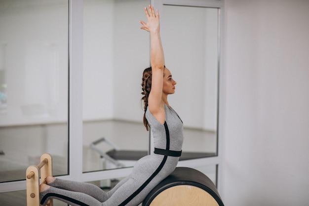 Mulher, prática, ioga, com, equipamento Foto gratuita