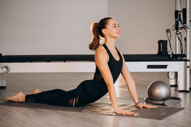 Mulher, prática, ioga, e, pilates Foto gratuita