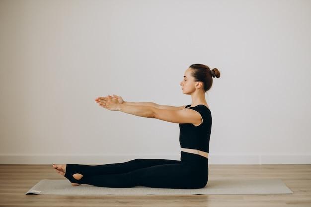 Mulher prática pilates no ginásio de yoga Foto gratuita