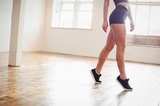 Mulher praticando dança hip hop Foto gratuita