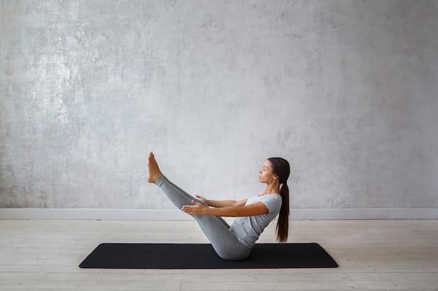 Mulher praticando ioga avançada. Foto Premium