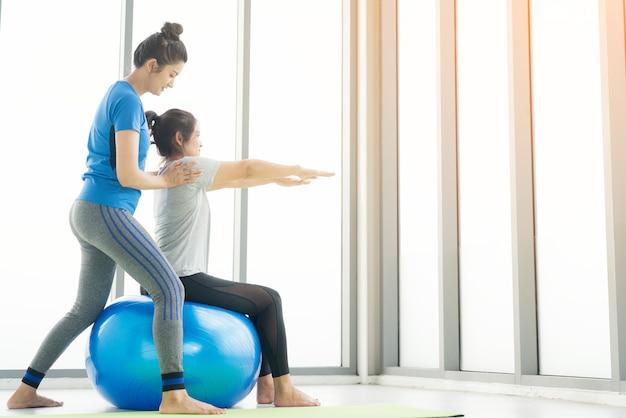 Mulher praticando ioga malhando, vestindo roupas esportivas, calma e relaxe, felicidade feminina. Foto Premium