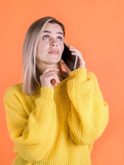Mulher preocupada, falando no telefone Foto gratuita