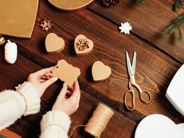 Mulher preparando presentes para um são valentim Foto Premium