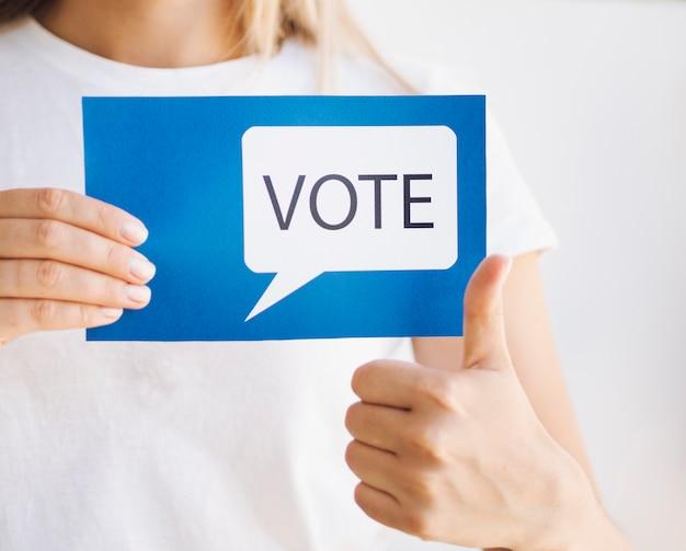 Mulher pronta para votar close-up Foto Premium