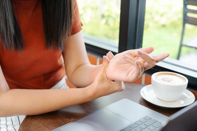 Mulher pulso mão braço dor uso longo mouse trabalhando Foto Premium