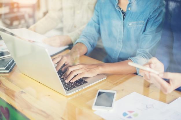 Mulher que datilografa em um portátil Foto gratuita