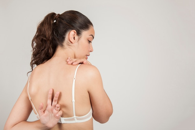 Mulher que estica suas costas Foto gratuita