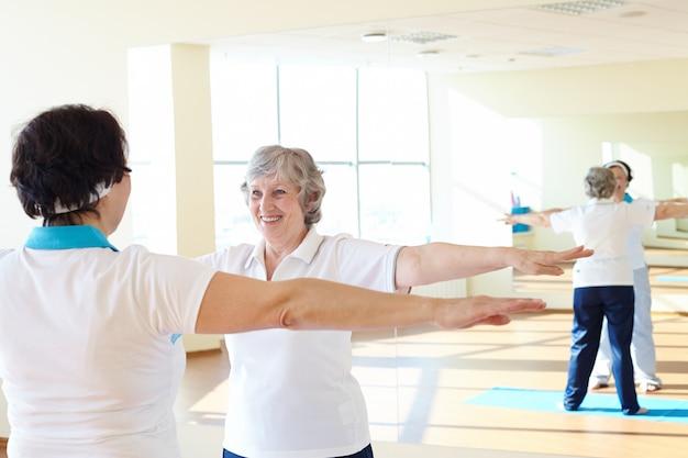 Mulher que faz exercícios da ginástica Foto gratuita