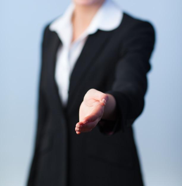 Mulher que oferece um aperto de mão Foto Premium