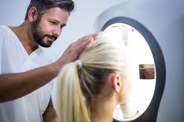 Mulher que recebe a varredura a laser estética Foto gratuita