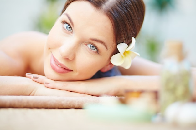 Mulher que tem um tratamento spa Foto gratuita