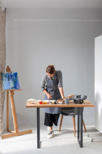 Mulher que trabalha em estúdio Foto gratuita