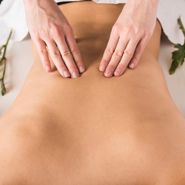 Mulher, recebendo, costas, massagem, em, beleza, spa Foto gratuita