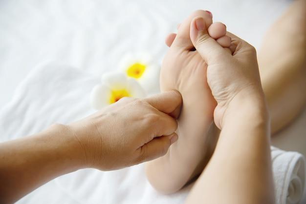 Mulher, recebendo, pé, massagem, serviço, de, masseuse, cima, em, mão, e, pé, -, relaxe, em, pé, massagem, terapia, serviço, conceito Foto gratuita