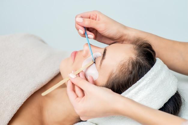 Mulher recebendo procedimento de extensão da pestana. Foto Premium