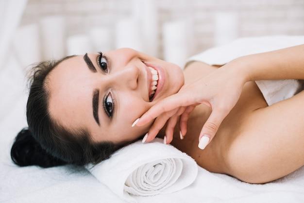 Mulher, recebendo, relaxante, facial, massagem Foto gratuita