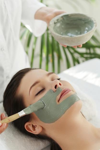 Mulher recebendo tratamento de beleza para cuidados com a pele Foto gratuita