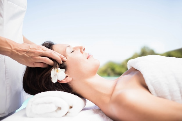 Mulher, recebendo, um, massagem cabeça, de, massagista, em, um, spa Foto Premium