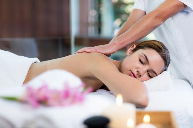Mulher recebendo uma massagem nas costas Foto Premium