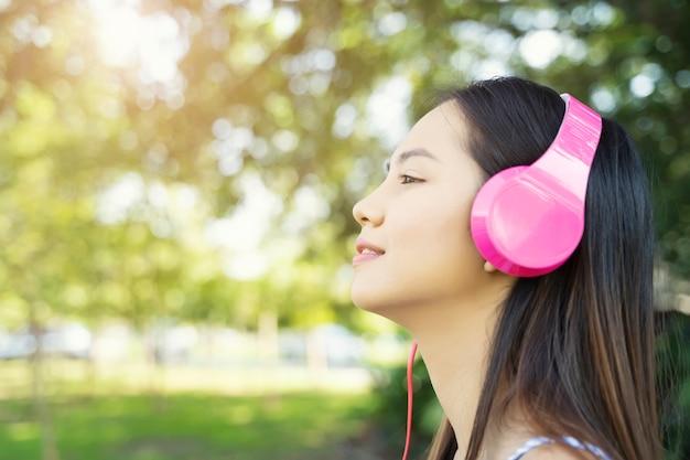 Mulher relaxante com escuta música com auscultadores Foto Premium