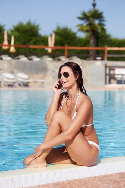 Mulher, relaxante, em, piscina Foto Premium