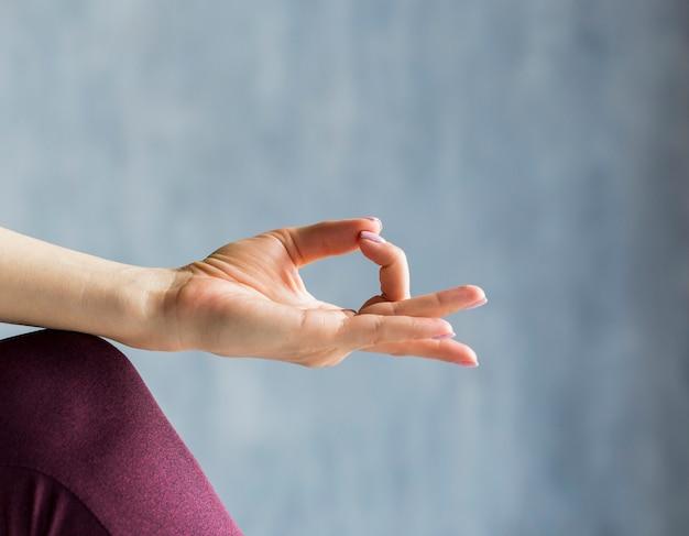 Mulher, relaxante, em, um, meditação, sessão Foto gratuita