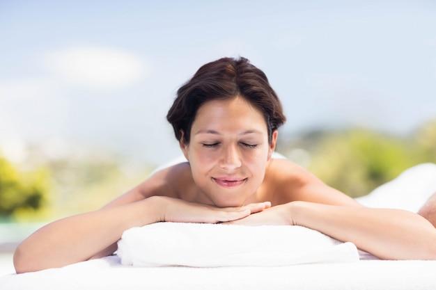 Mulher, relaxante, ligado, tabela massagem, em, spa Foto Premium